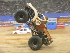 un monster truck en wheeling