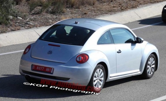 la vw new beetle en vue 3/4 arriere