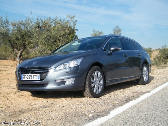 la peugeot 508 break sur le bord de la route