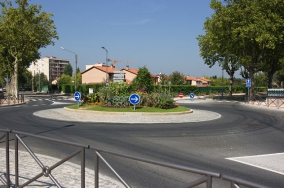 un rond-point en bordure de ville