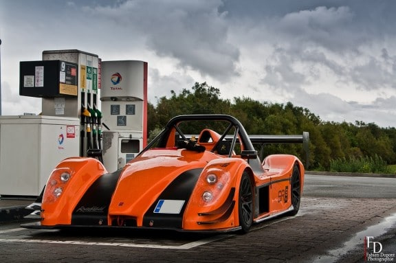 la Radical SR3 SL à une station Total