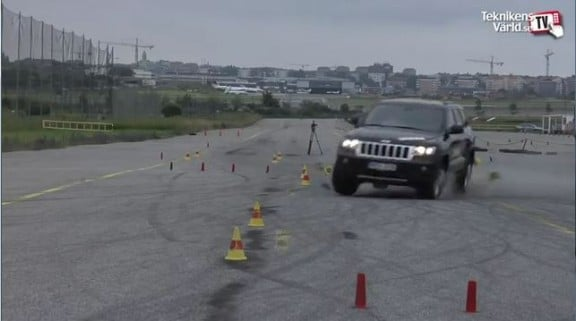 le pneu du jeep grand cherokee en train d'éclater au test de l'élan