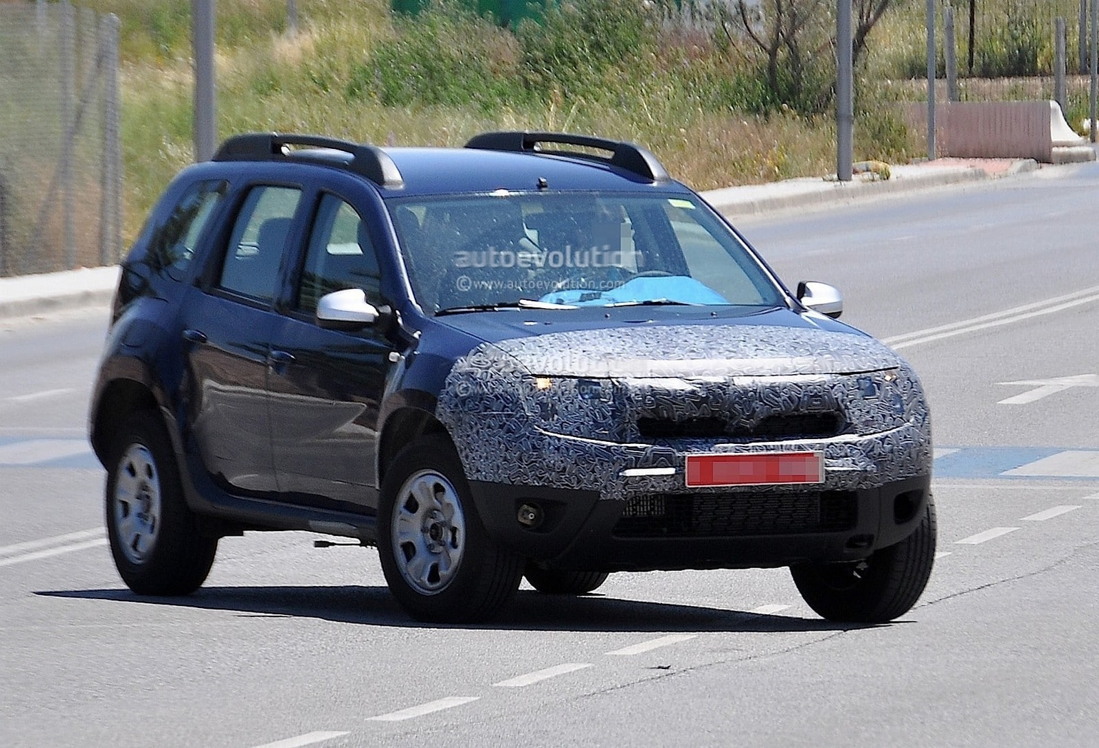 spyshot le futur dacia duster 2013 surpris en cavale. Black Bedroom Furniture Sets. Home Design Ideas